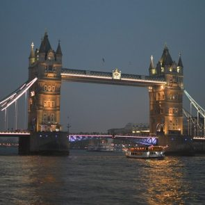 Zur Blauen Stunde an der Tower Bridge – März 2016